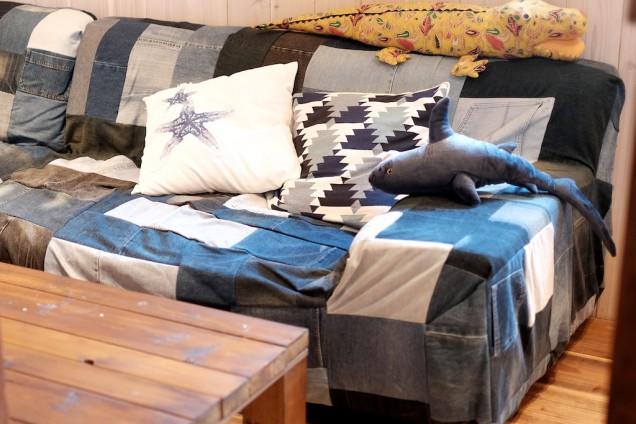 デニムカバーのソファーが印象的!