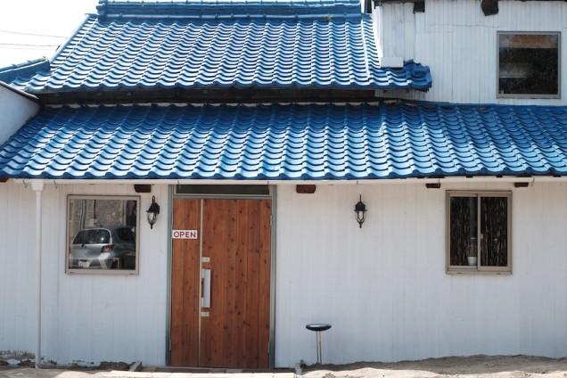 真っ白な壁に青い屋根