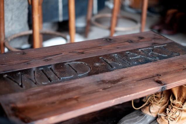 ソファーの前にあるテーブルはワイルドマート仕様!