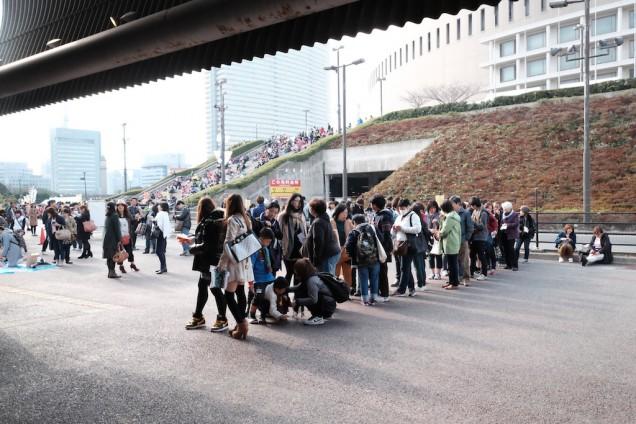 立川翼ライブ行列の奥、福岡ヤフオクドーム側にはももクロファンが大量に…