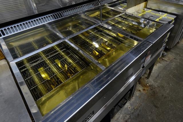 1日にとんでもない量の天ぷらを揚げるフライヤーもピカピカ