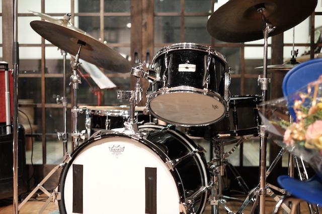 ドラムはコンパクトなセット