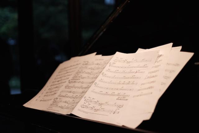 ピアノの上には譜面が並んでます