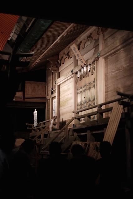 岩戸宮が照らされています