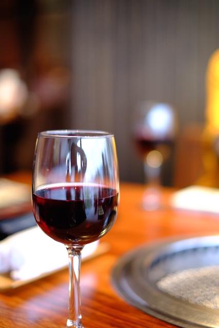 お腹にたまるビールは避けて赤ワインからスタート