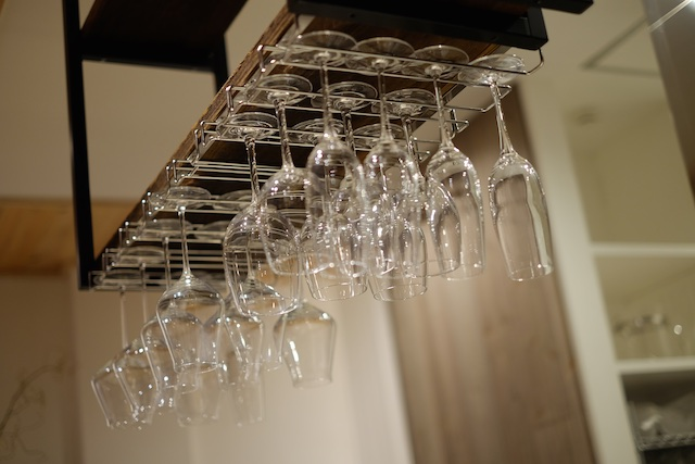 上を見上げるとワイングラスが並ぶ