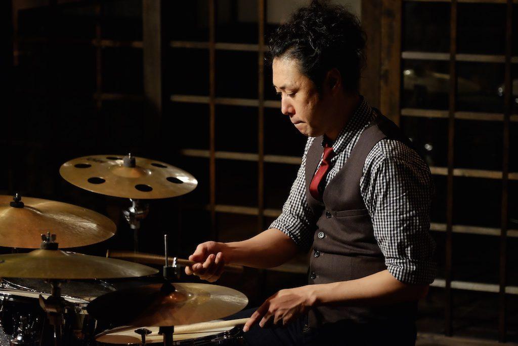 ドラムの小松伸之さん