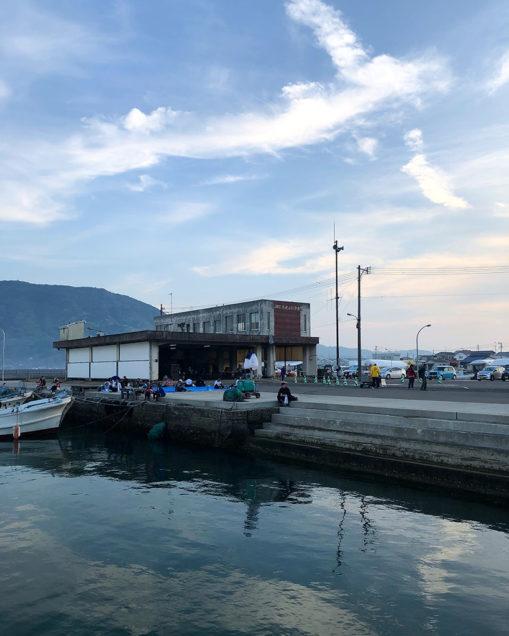 朝の加布里漁港