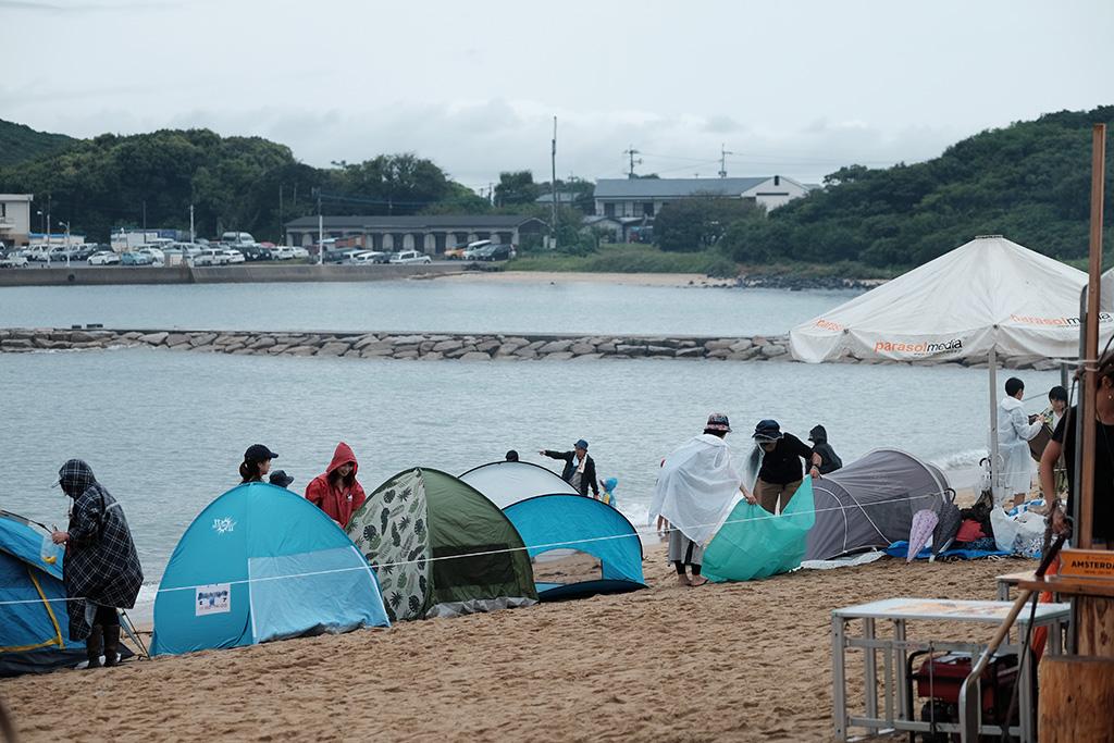 ビーチにはテントが並ぶ