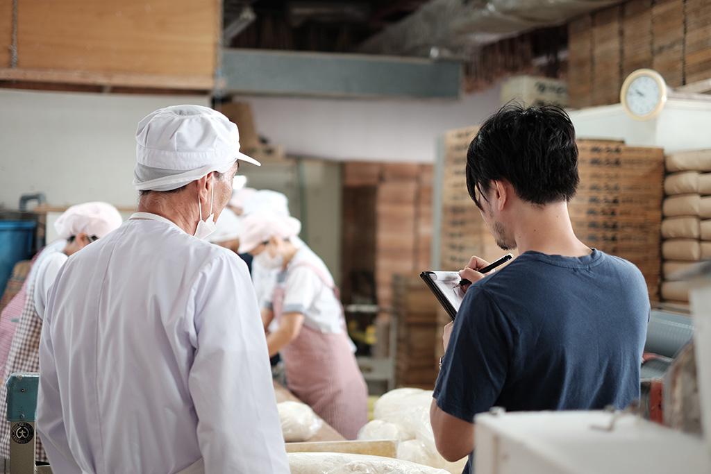 ライターさんが麺工場の取材中