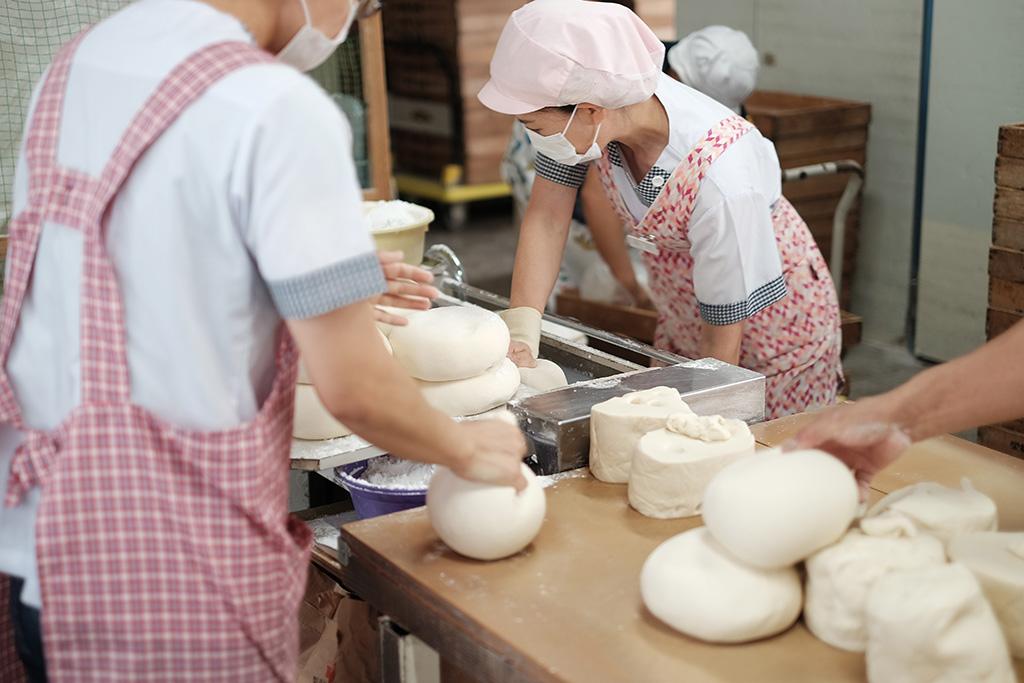 牧のうどんの秘密 – 意外にも人海戦術の麺づくり!禁断の麺工場に潜入!